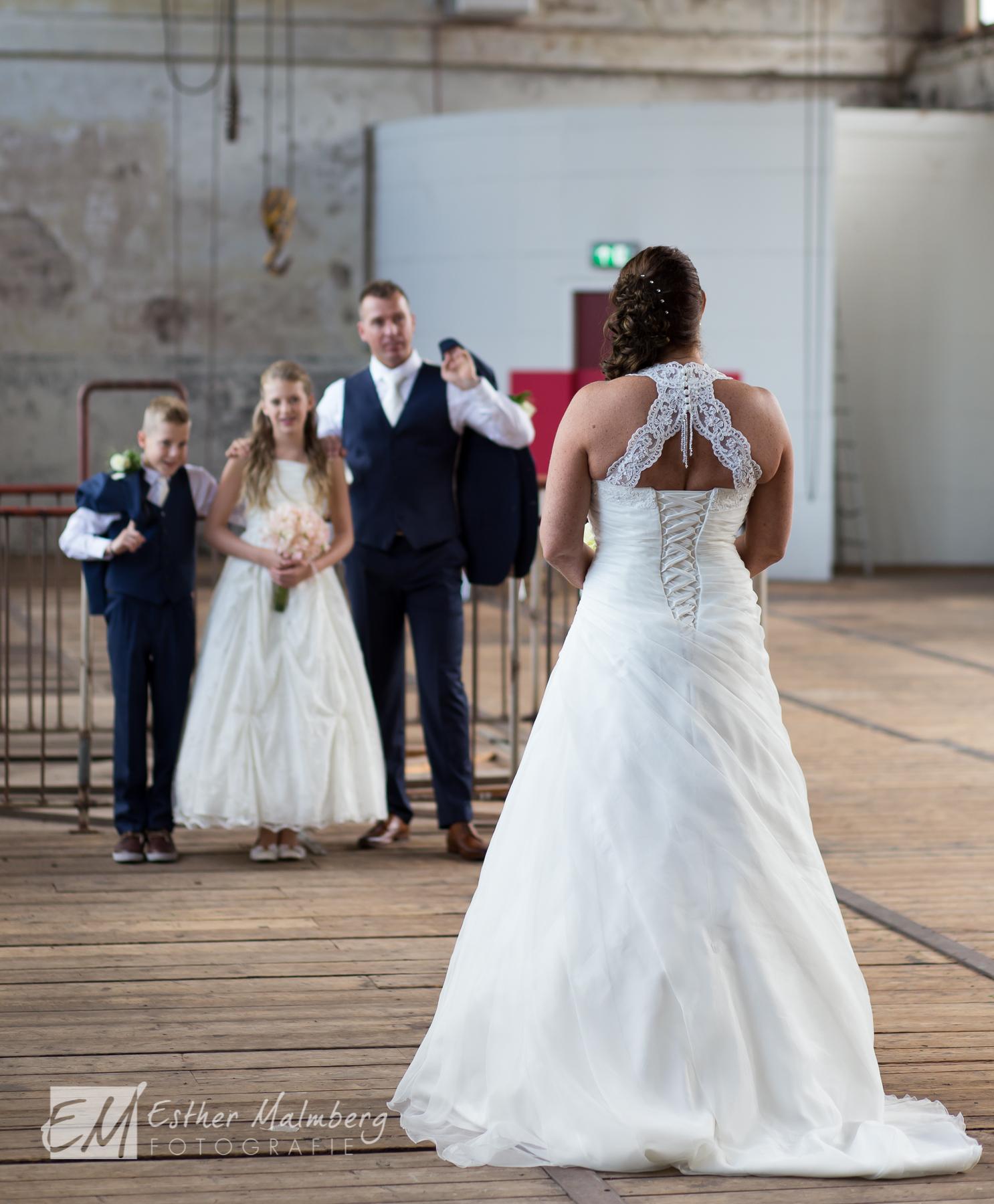 Bruid bruidegom en hun kinderen tijdens bruidsreportage