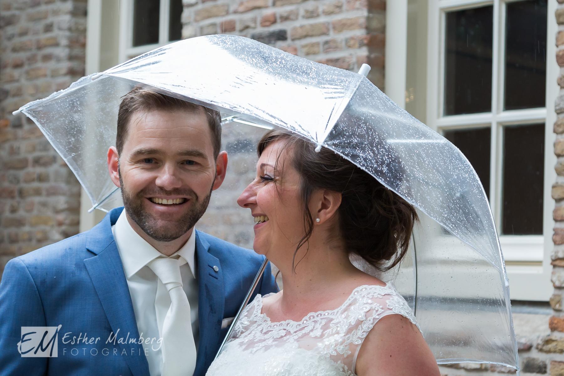 Plezier en ontspanning tijdens bruidsreportage museumtuin Gouda Esther Malmberg Fotografie