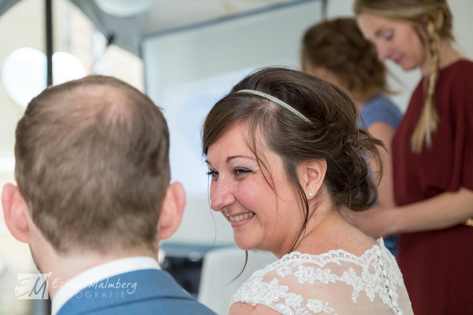 Veelzeggende blik bruid naar bruidegom tijdens huwelijksvoltrekking in Museumtuin Gouda Esther Malmberg Fotografie