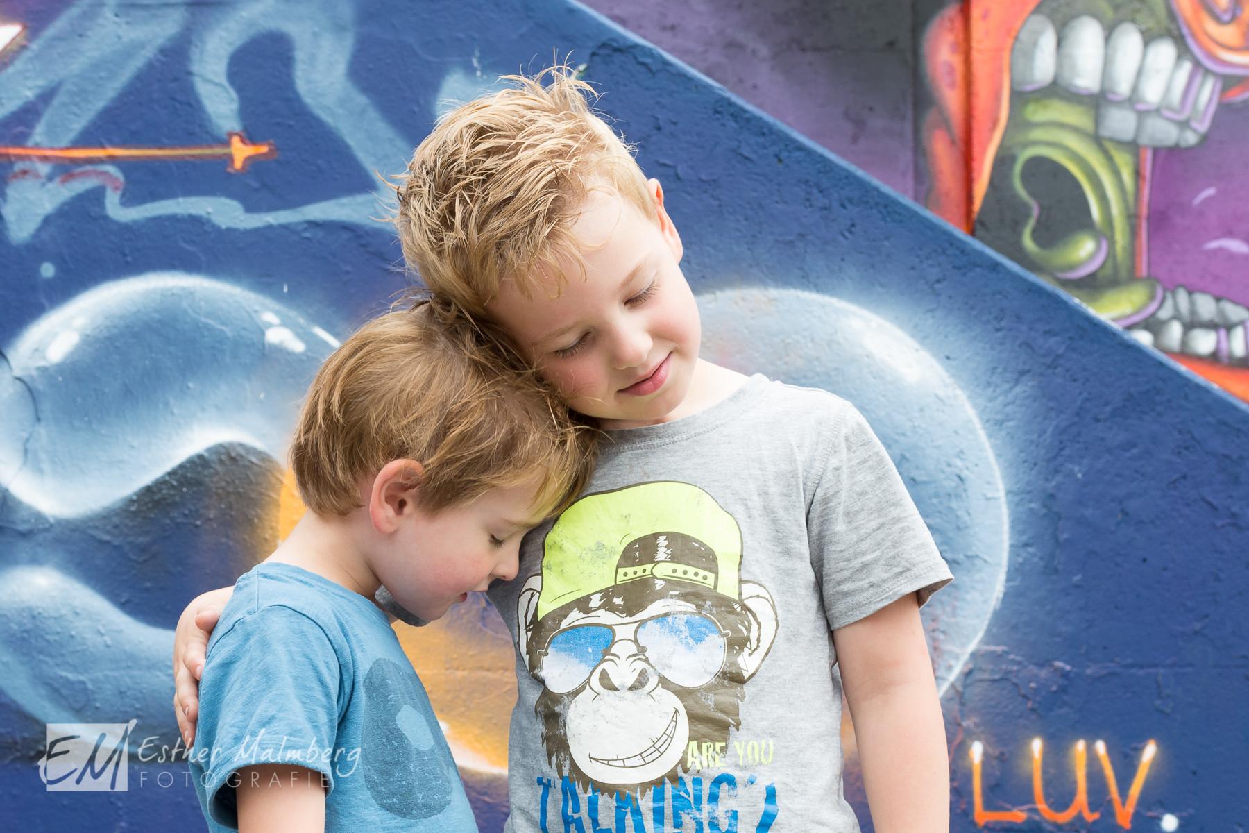 Broers connectie en liefde tijdens Moment Design Playful Heart fotografie Gouda