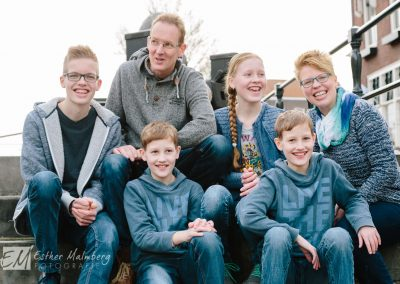 Ongedwongen en spontane familieshoot van gezin met tweeling in Schiedam