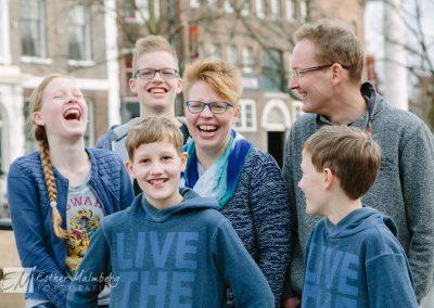 Ongedwongen en vrolijke familiefoto in de oude binnenstad van Schiedam