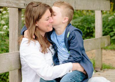 Liefdevolle foto van moeder en zoon tijdens fotoreportage in het Goudse Hout