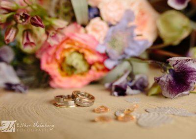 Trouwringen en bruidsboeket, detailfoto's tijdens trouwreportage