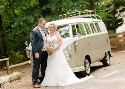 Bruid en bruidegom bij Volkswagenbusje tijdens ongedwongen, spontane en liefdevolle bruidsreportage