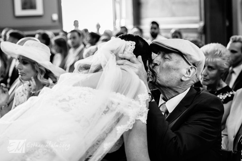 Journalistieke bruidsreportage van een liefdevolle en emotionele dag