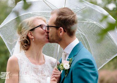 Regen op je bruiloft bruidsfotograaf Gouda